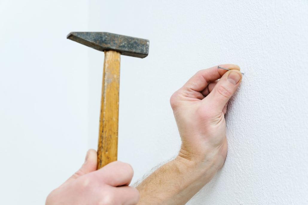 Cofersa - Blog- Cómo colgar cualquier cosa en tu casa - Martillo